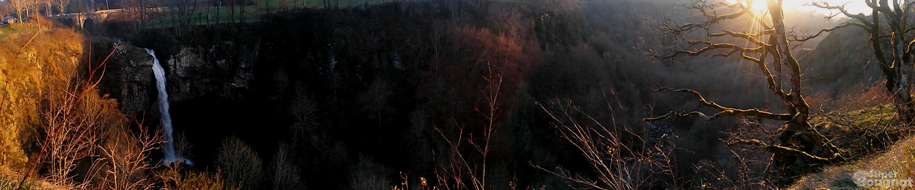 Le soleil se couche sur la cascade