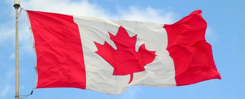 Drapeau du Canada flottant au vent
