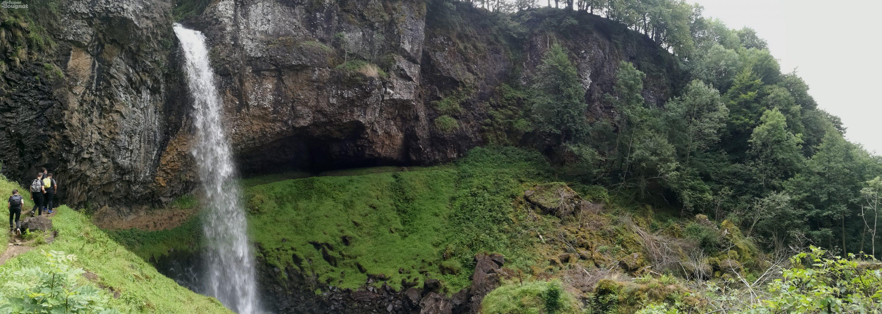 Le chemin descend jusqu'à passer derrière la cascade