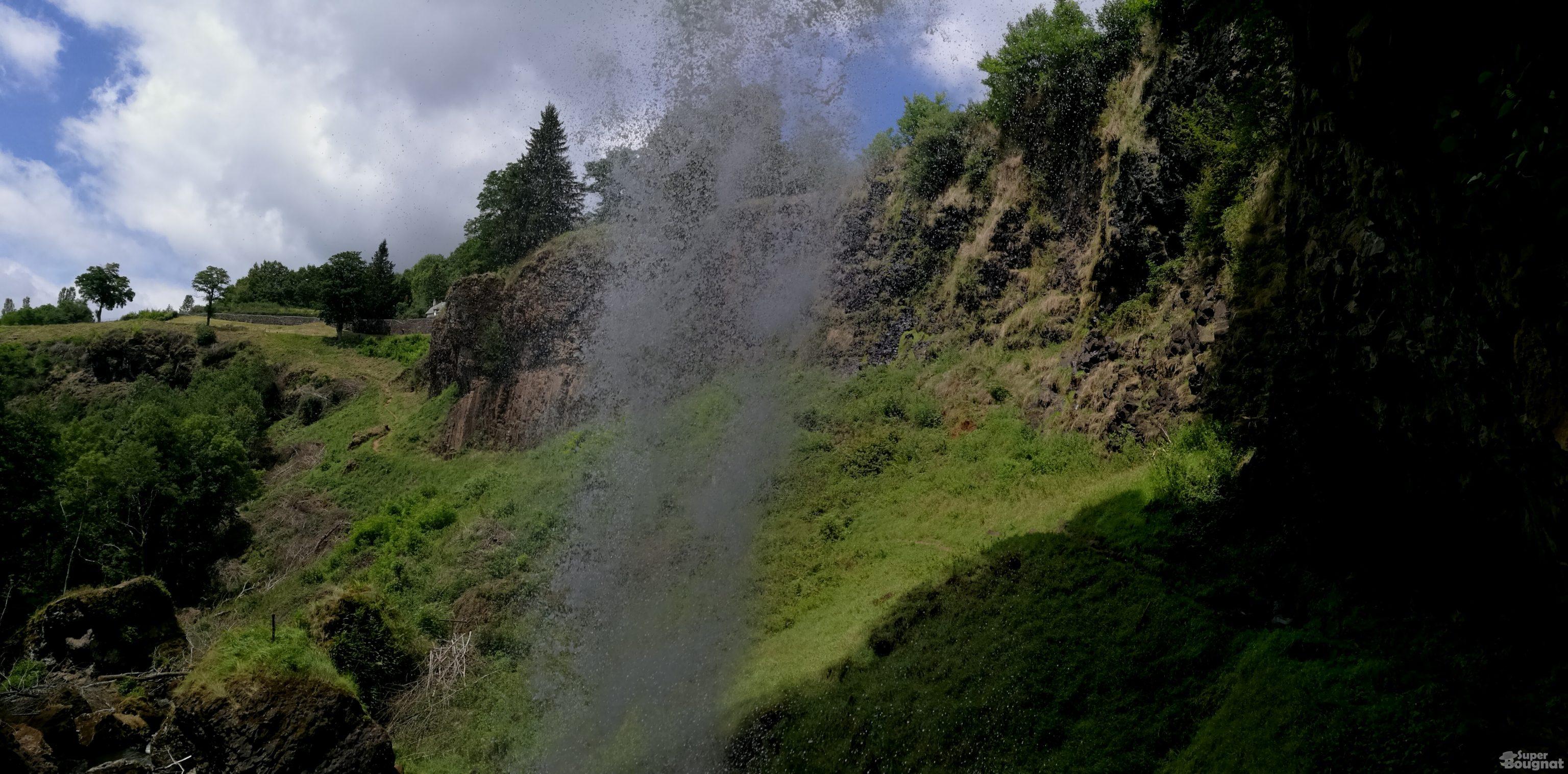 Depuis le chemin, derrière la cascade