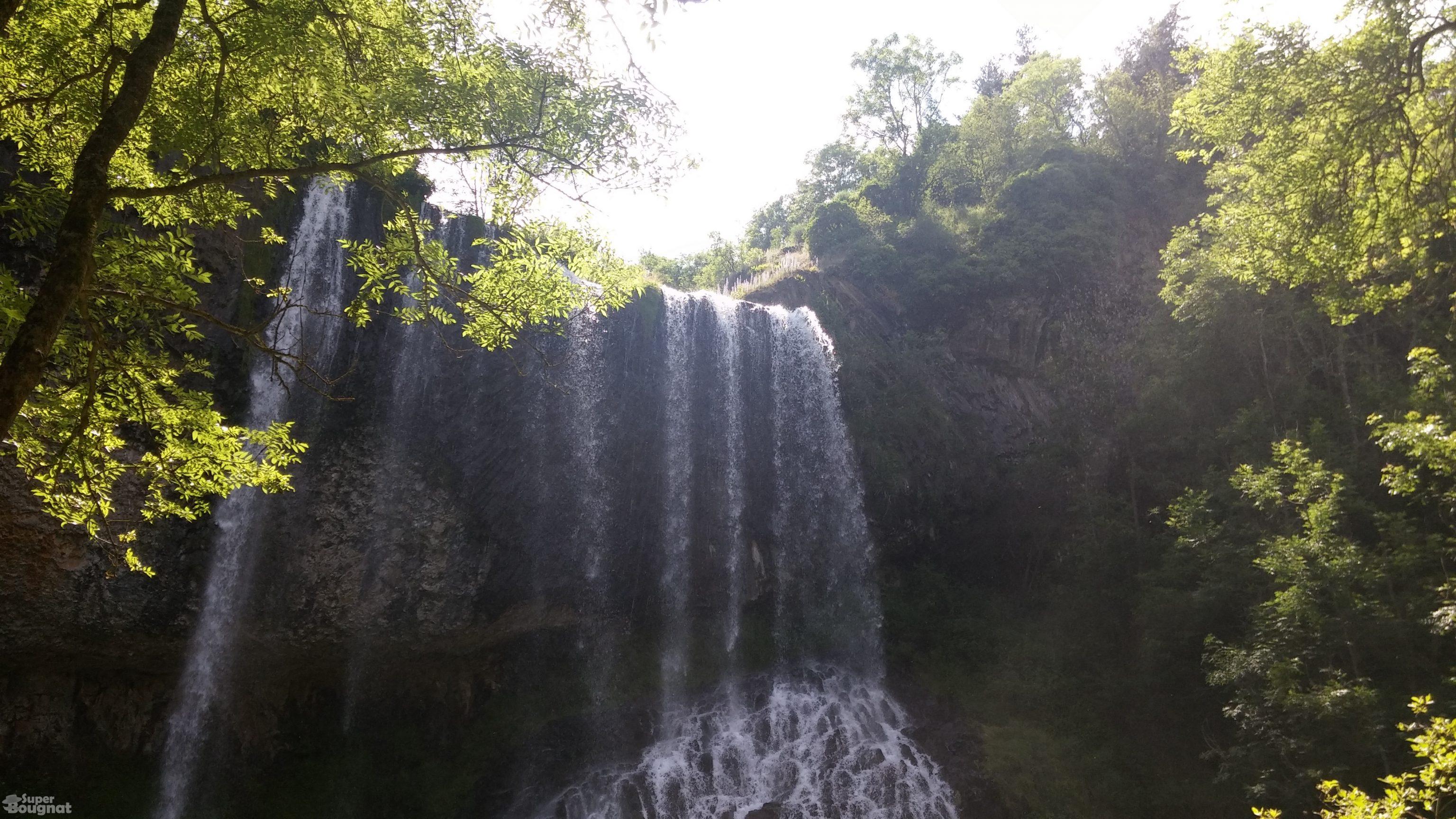 La cascade est large et puissante