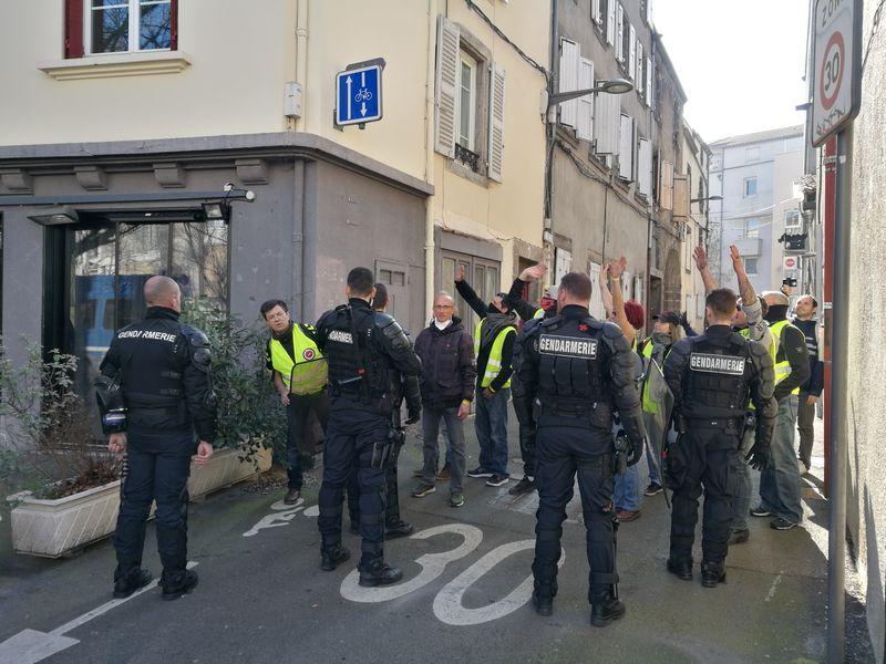 Gendarmes mobiles sur leur flanc