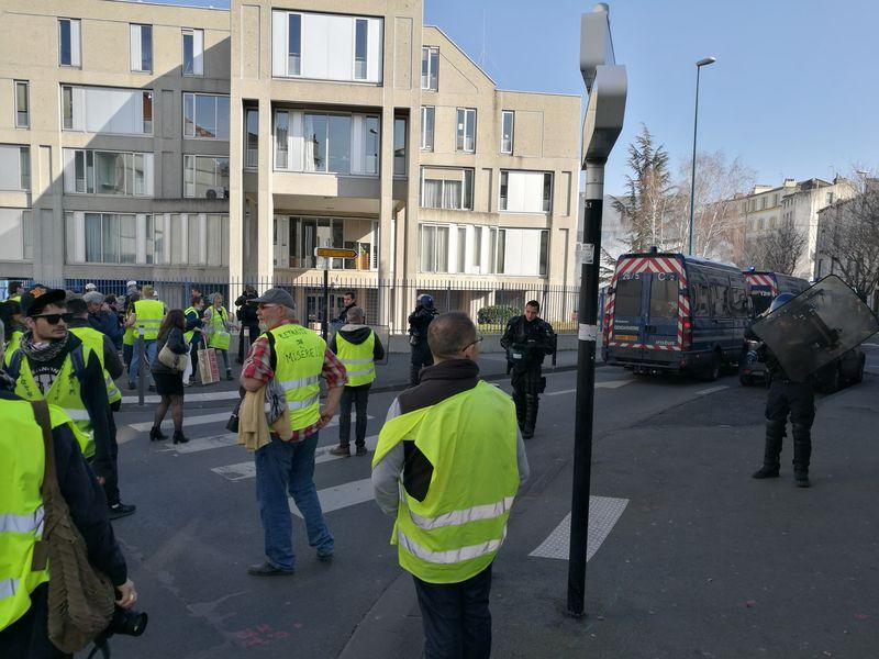 Les gendarmes mobiles mettent leurs casques