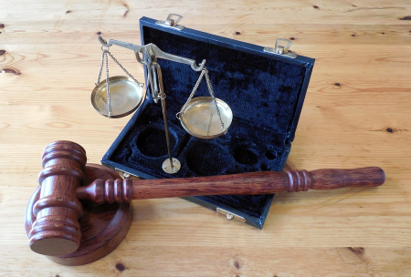 Balance et marteau de juge